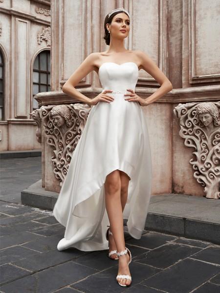 A-linjeformat Älskling Satäng Rufsar Ärmlös Asymmtrisk Bröllopsklänningar