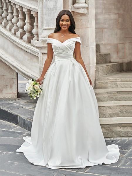 A-linjeformat Off-shoulder Volanger Ärmlös Satäng Court släp Bröllopsklänningar