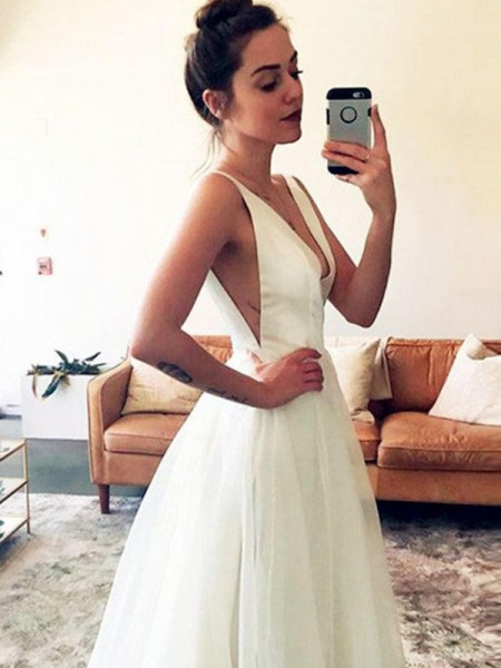 A-linjeformat Tyll V-ringning Volanger Ärmlös Sweep släp Bröllopsklänningar