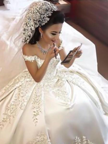 Stora Off-shoulder ringning Ärmlös Sweep släp Applikation Satäng Bröllopsklänningar